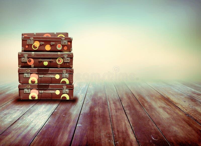 Schäbige Weinlese-alte Koffer Hintergrund der hölzernen Vorstände stock abbildung