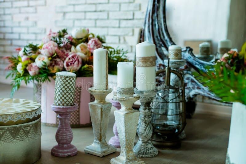 Schäbiger schicker Rauminnenraum Hochzeitsdekor, Raum verziert für schäbige schicke rustikale Hochzeit, mit vielen Kerzen, Blumen stockfotografie