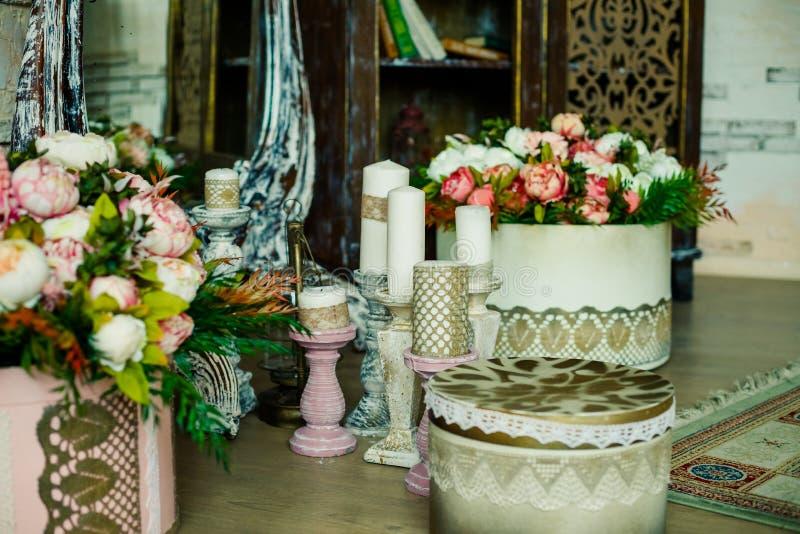 Schäbiger schicker Rauminnenraum Hochzeitsdekor, Raum verziert für schäbige schicke rustikale Hochzeit, mit vielen Kerzen, Blumen stockbilder