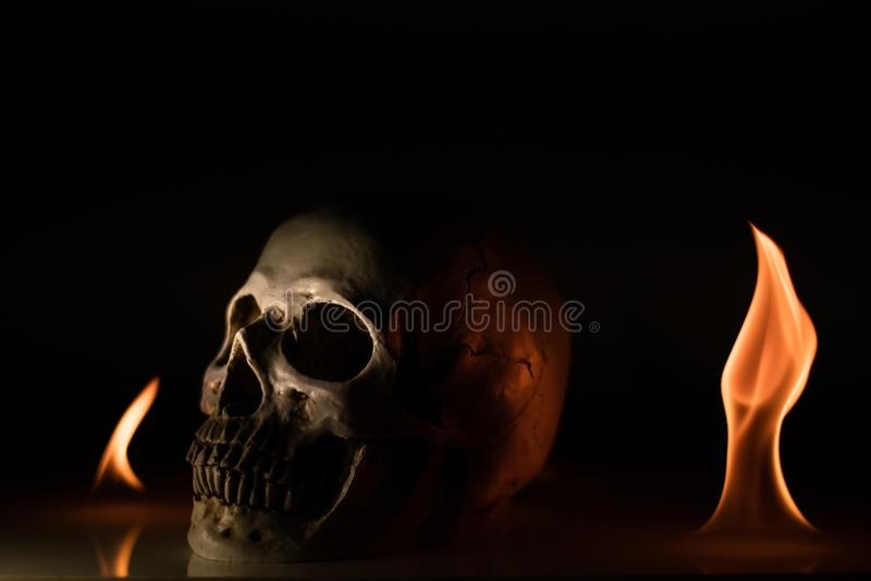 Schädel im Feuer stockfotos