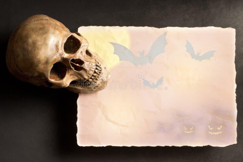 Schädel mit altem Halloween-Papier lizenzfreies stockfoto