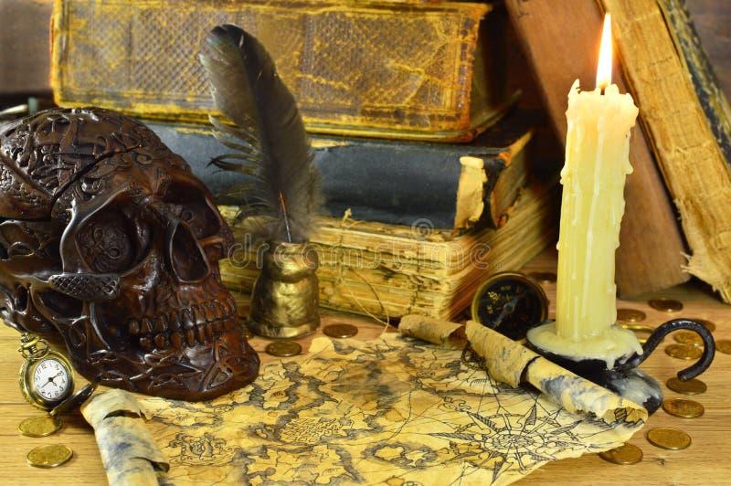 Schädel mit Kerze und Karte lizenzfreies stockfoto