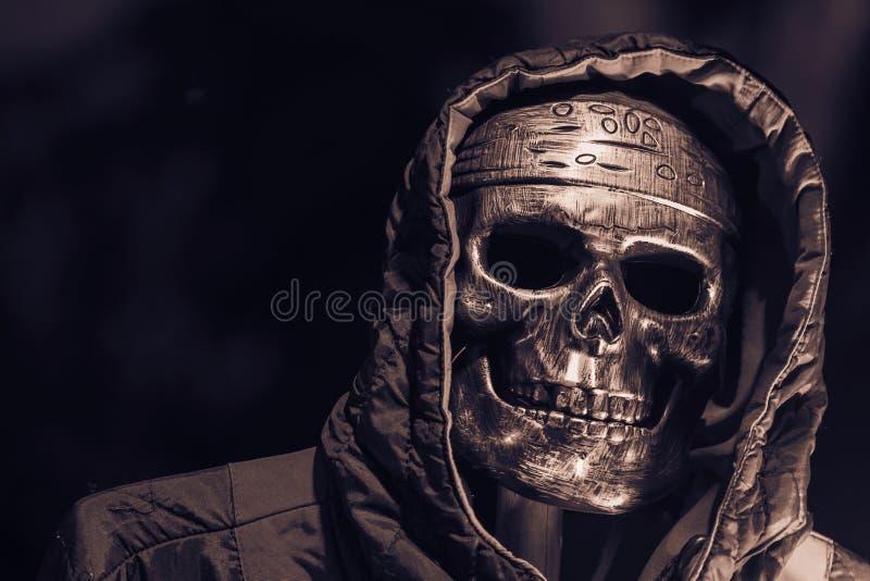 Schädel und Haube in Halloween lizenzfreies stockbild