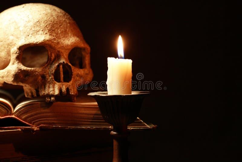 Schädel und Kerze lizenzfreies stockfoto