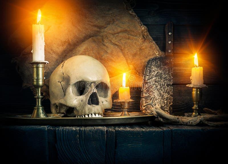 Schädel und Kerzen lizenzfreie stockfotos