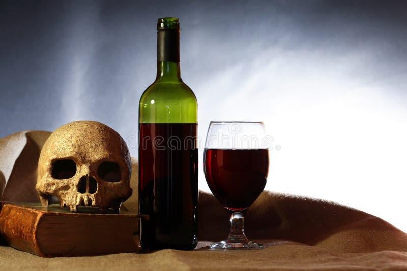 Schädel und Wein stockbild