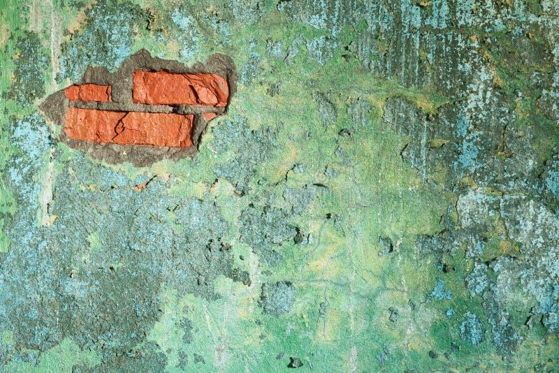 Schädigende alte Backsteinmauer mit Loch stockfotografie