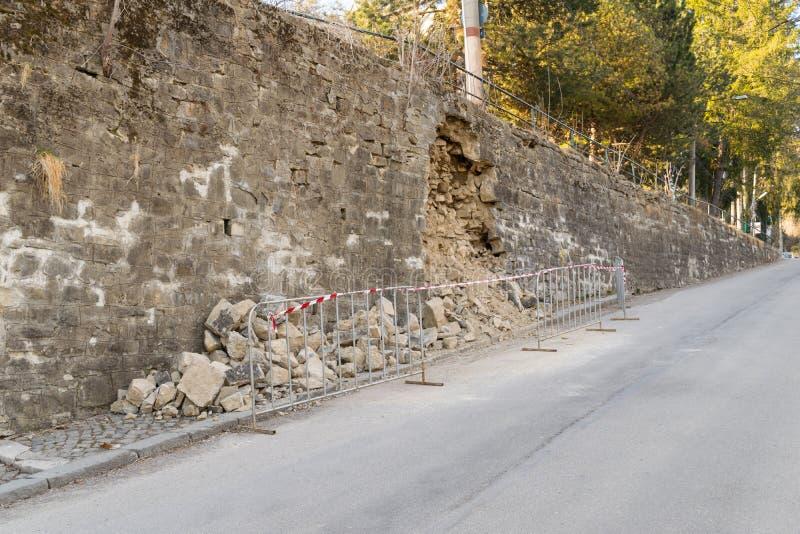 Schädigende Außenverstärkungswand - Gefahr auf der Straße lizenzfreies stockfoto