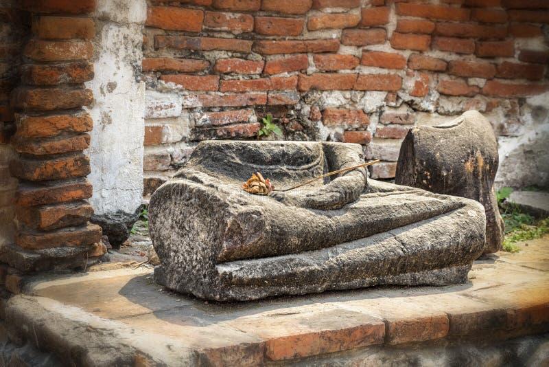 Schädigende Buddha-Statue entlang einer Tempelwand bei Wat Mahathat, Tempel des großen Relikts, in Ayutthaya stockbilder