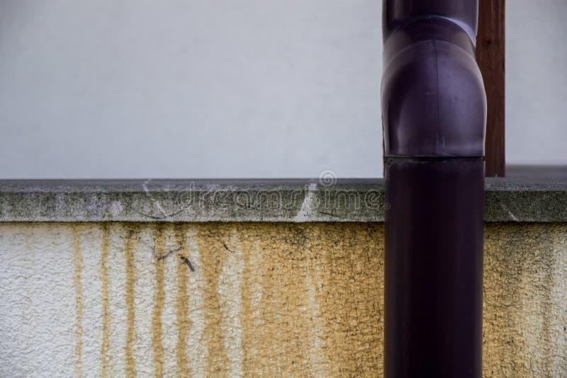 schädigende Gosse und feuchte Flecken auf der Hausmauer lizenzfreies stockbild