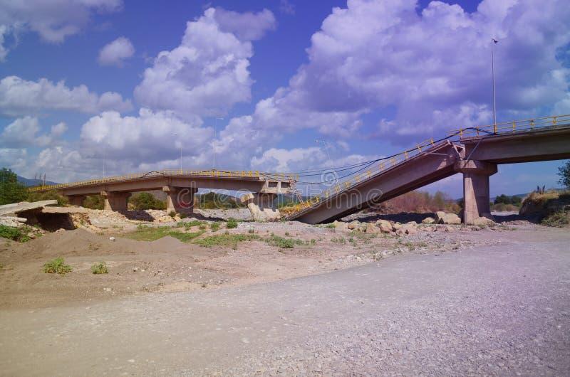 Schädigende Landstraße, Brücke lizenzfreie stockbilder