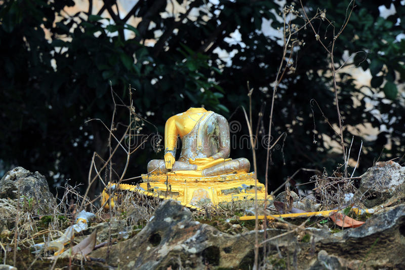 Schädigender Buddha lizenzfreie stockbilder