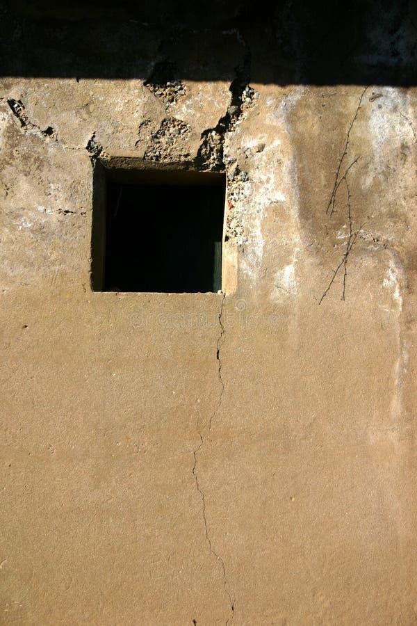 Schädigendes Fenster (vertikal) Stockfoto