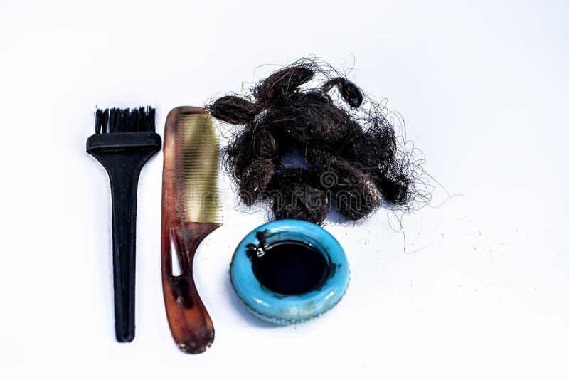 Schädigendes Haar lokalisiert auf Weiß mit einem Haarkammkonzept von sterbenden Haaren lizenzfreie stockbilder