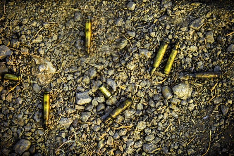 Schälen im Krieg aus den Grund und die Felsen stockbilder