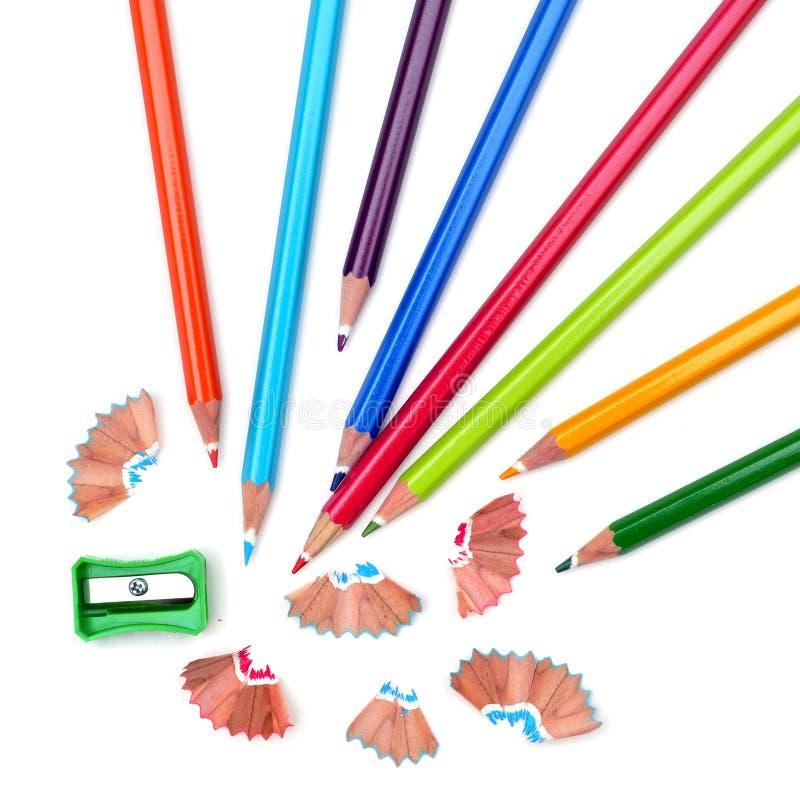 Schärfen von farbigen Bleistiften lizenzfreie stockfotos