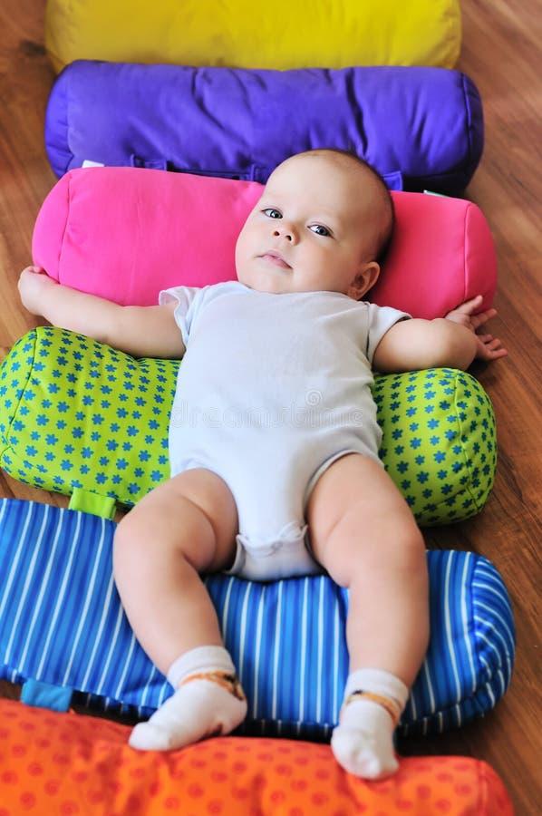 Schätzchen auf dem hellen Teppich lizenzfreies stockfoto