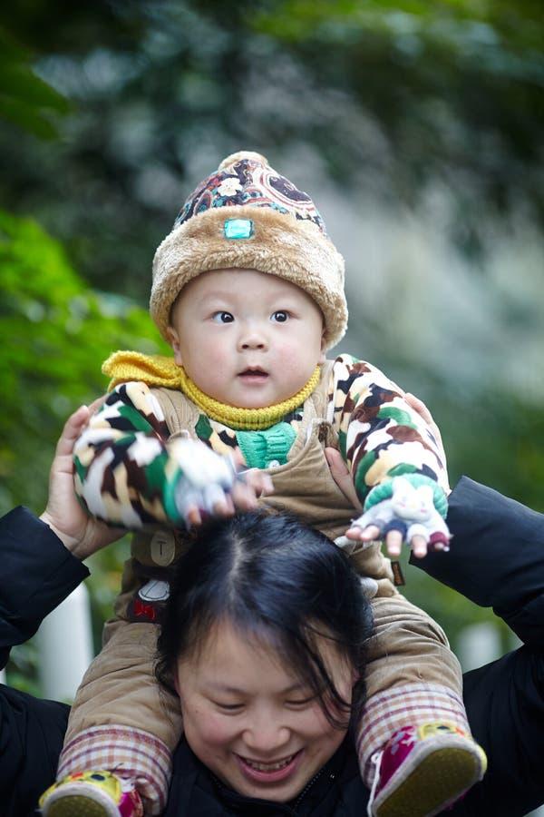 Schätzchen auf Mutterschultern lizenzfreie stockfotos
