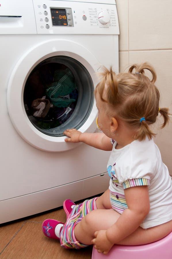 Schätzchen, das auf potty sitzt lizenzfreies stockfoto