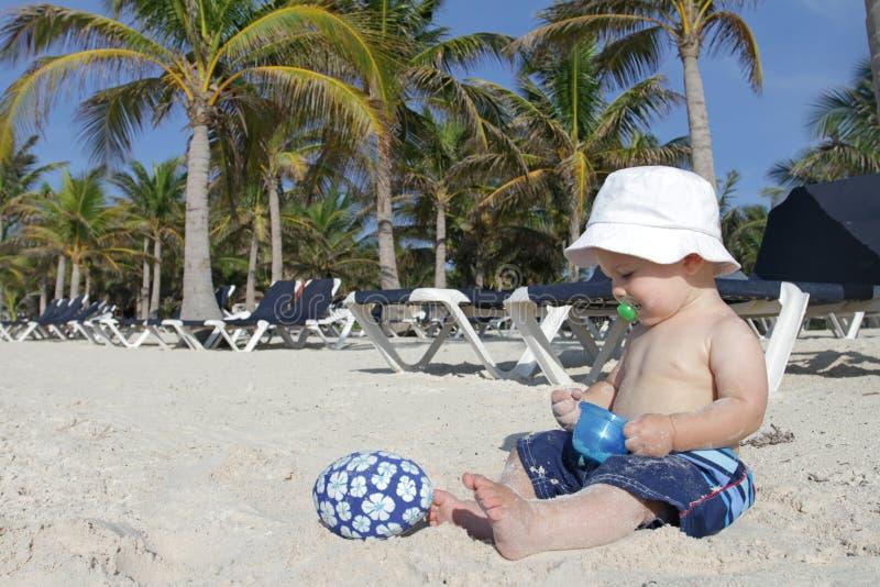 Schätzchen, Das Auf Tropischem Strand Spielt Stockfotografie