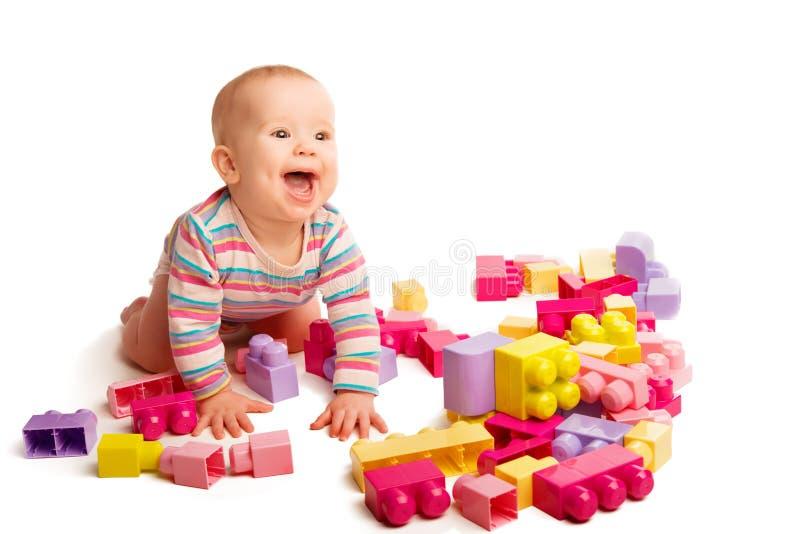 Schätzchen, das in den Designerspielzeugblöcken spielt lizenzfreie stockfotos