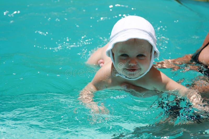 Schätzchen, das erlernt zu schwimmen lizenzfreie stockfotos