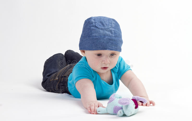Schätzchen, das mit Spielzeug spielt stockfotografie