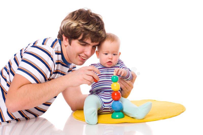 Schätzchen, das mit Vater spielt lizenzfreie stockfotografie