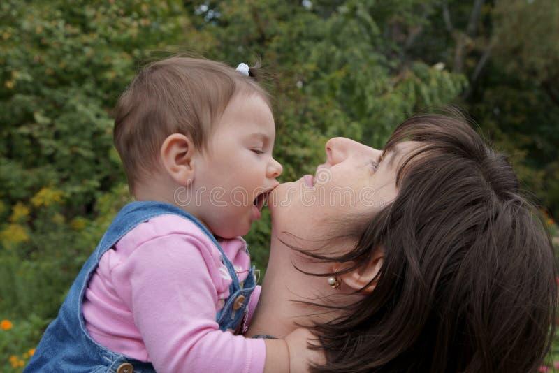 Schätzchen, das Mutter küßt lizenzfreies stockbild