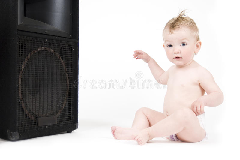 Schätzchen, das vor Lautsprecher sitzt lizenzfreie stockfotografie