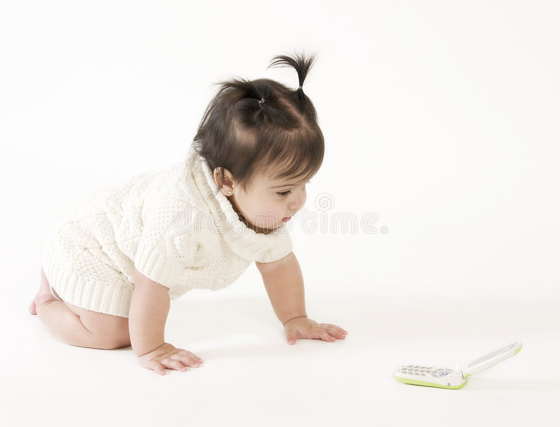 Schätzchen, das zum Handy kriecht lizenzfreie stockfotos
