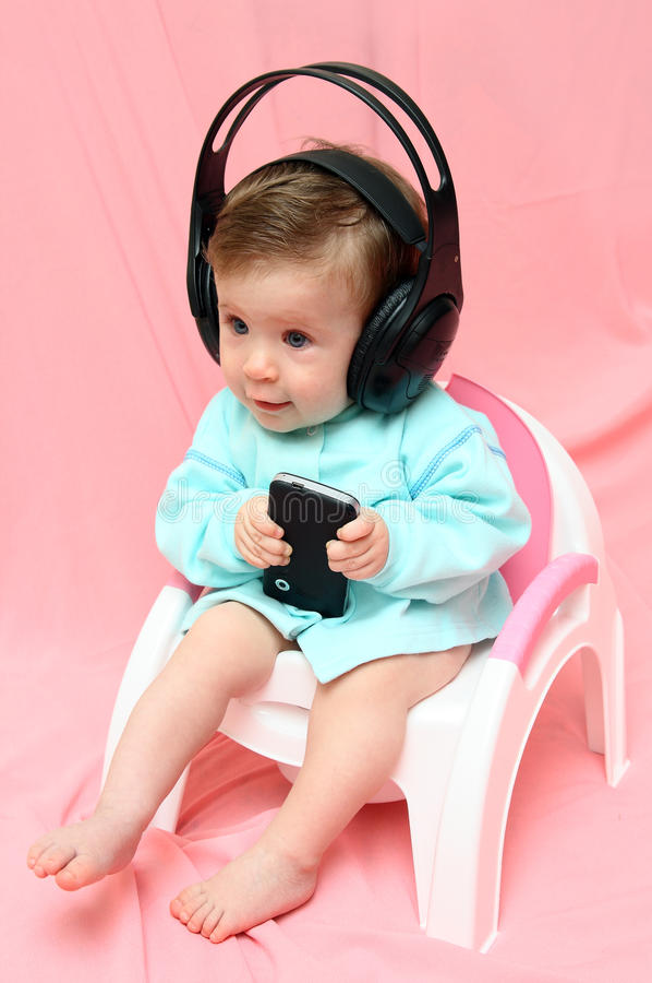 Schätzchen in den Kopfhörern auf Chamber-pot lizenzfreies stockbild