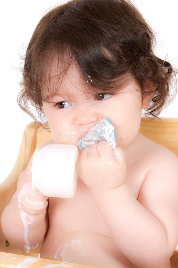Schätzchen genießt Joghurt