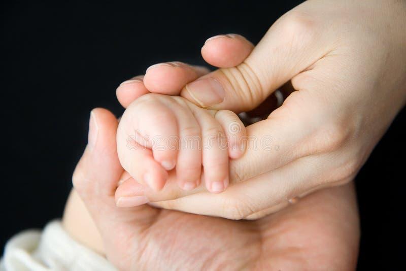 Schätzchen-Hand mit Mutter und Vater lizenzfreie stockfotos