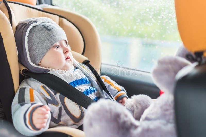 Schätzchen im Autositz lizenzfreie stockbilder