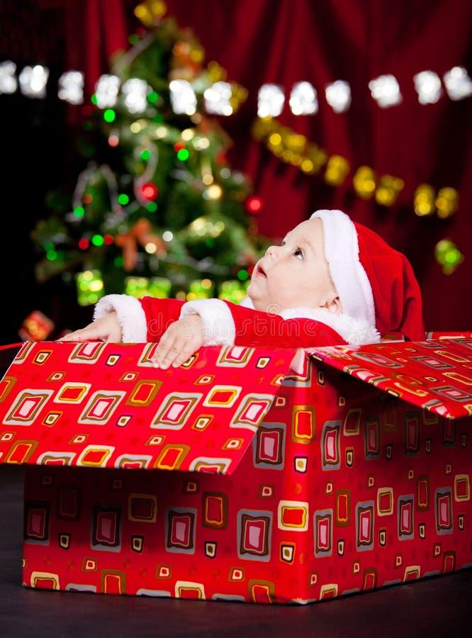 Schätzchen im Weihnachtskostüm, das oben schaut lizenzfreie stockbilder