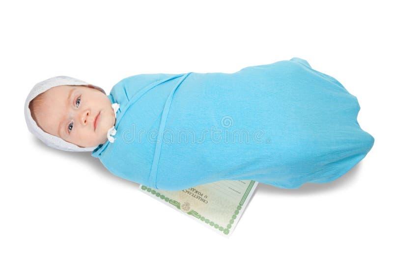 Schätzchen mit Bescheinigung der Geburt stockfoto