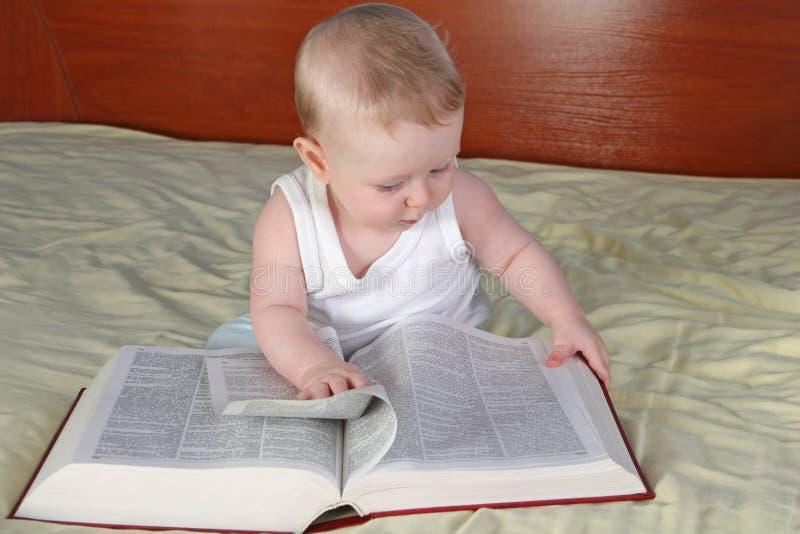 Schätzchen mit Buch lizenzfreie stockfotografie