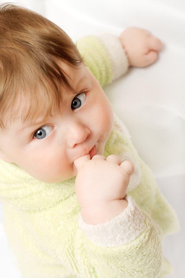 Schätzchen mit dem Finger im Mund lizenzfreies stockfoto