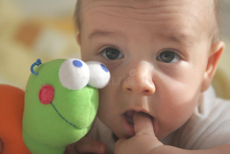 Schätzchen mit dem Finger im Mund lizenzfreie stockfotos