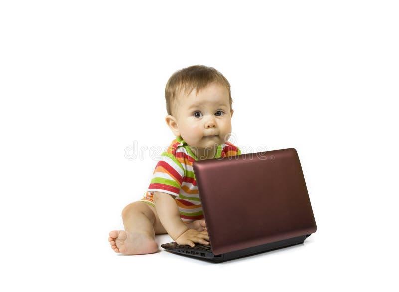 Schätzchen mit dem Laptop stockbild