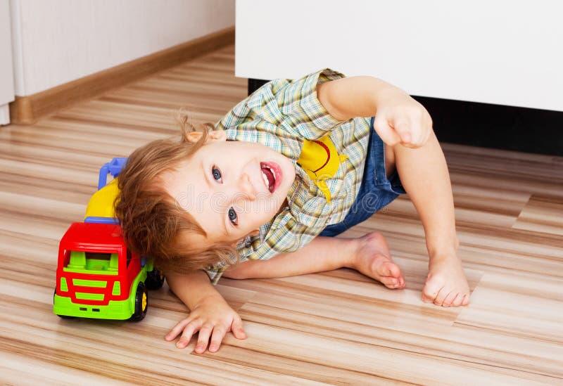 Schätzchen mit einem Spielzeug lizenzfreies stockbild