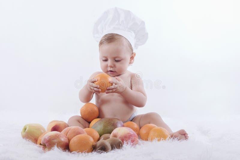 Schätzchen mit Früchten lizenzfreie stockfotografie