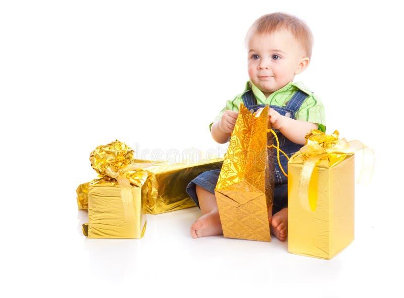 Schätzchen mit Geschenken lizenzfreie stockbilder