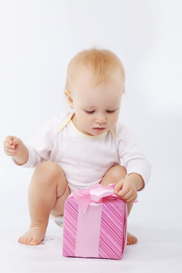 Schätzchen mit Geschenkkasten stockbild