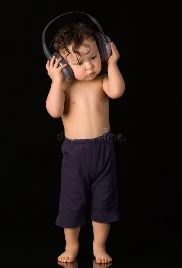 Schätzchen mit Kopfhörern. lizenzfreie stockfotografie
