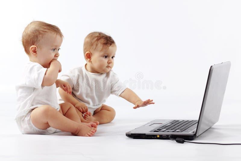 Schätzchen mit Laptop lizenzfreies stockfoto