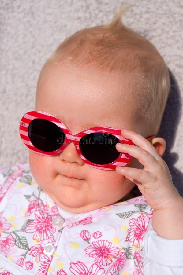 Schätzchen mit Sonnenbrillen lizenzfreies stockfoto