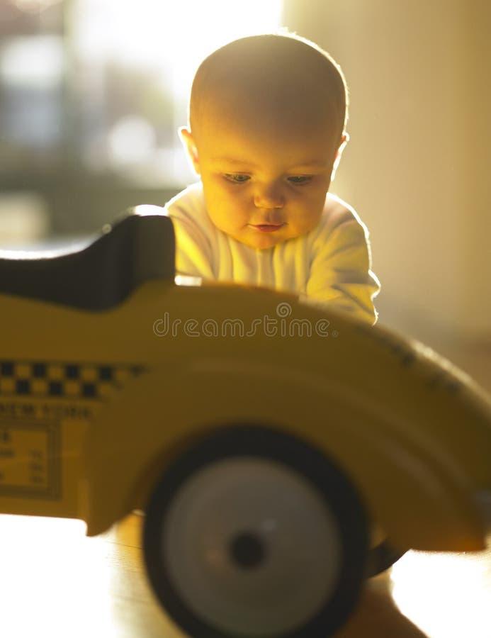 Schätzchen mit Spielzeug-Auto lizenzfreie stockfotos