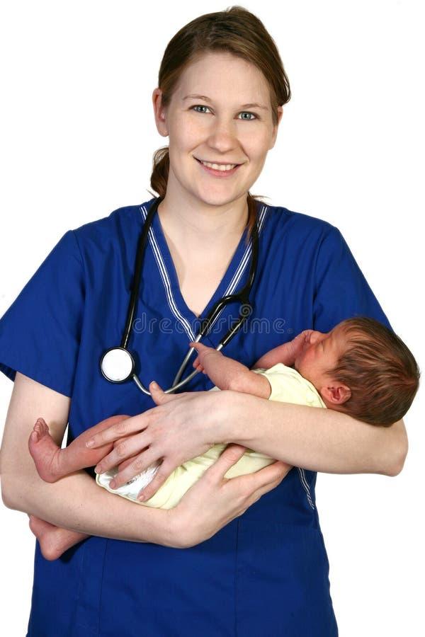 Schätzchen neugeboren und Krankenschwester stockbild